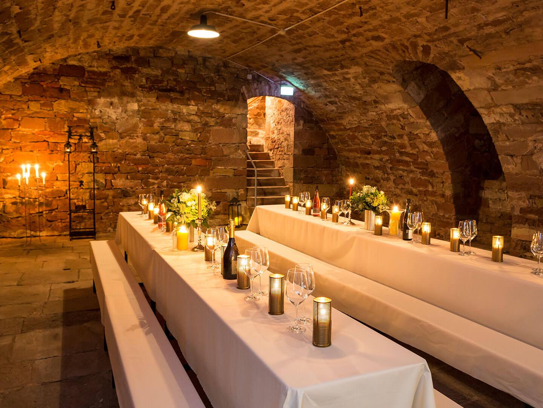 Heiraten im Schloss Tischgedeck im Abteikeller